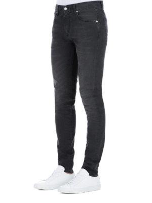 a sigaretta - Jeans in denim sbiadito con logo ricamato
