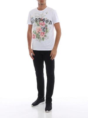 ALEXANDER MCQUEEN: t-shirt online - T-shirt bianca in cotone con teschio e rose