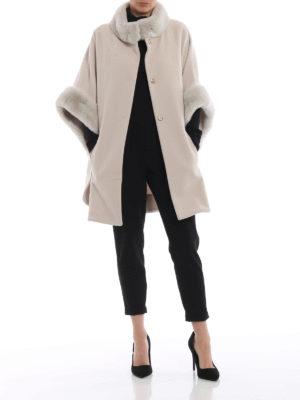 BLUGIRL: Mantelle e poncho online - Cappa in lana con collo e polsi in pelliccia