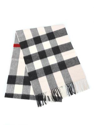 BURBERRY: sciarpe e foulard online - Sciarpa in cashmere a quadri bianchi e neri