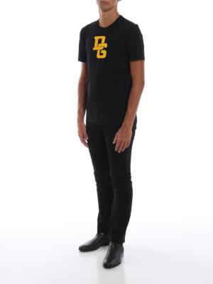 DOLCE & GABBANA: t-shirt online - T-shirt nera in cotone con patch DG arancione