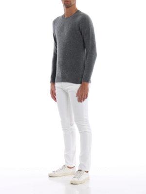 a sigaretta - Jeans bianchi George disinvolti ma ricercati