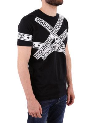 DSQUARED2: t-shirt online - T-shirt nera con stampa nastro adesivo logato