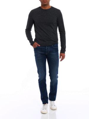 a sigaretta - Jeans con etichetta a quadretti