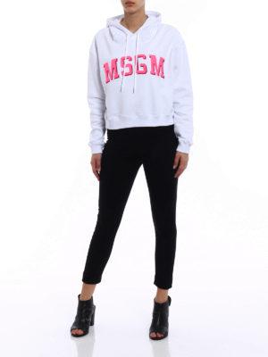 M.S.G.M.: Sweatshirts & Sweaters online - Cropped hoodie with fuchsia logo