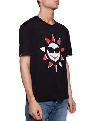Maison Margiela: t-shirt online - T-shirt nera con stampa sole