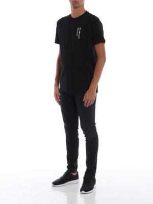 Marcelo Burlon: t-shirt online - T-shirt MBCM nera con stampe gotiche