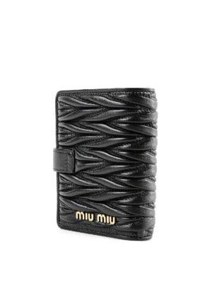 MIU MIU: portafogli online - Porta carte con automatico in pelle matelassé