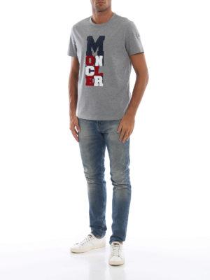 MONCLER: t-shirt online - T-shirt grigia con logo tricolore gommato
