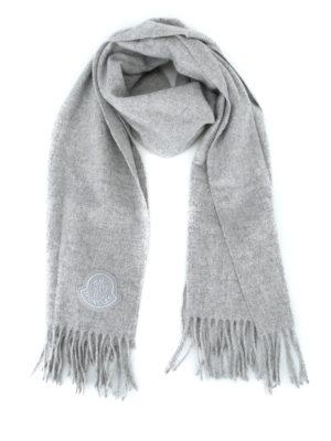 MONCLER: sciarpe e foulard - Sciarpa in panno di lana grigia con frange