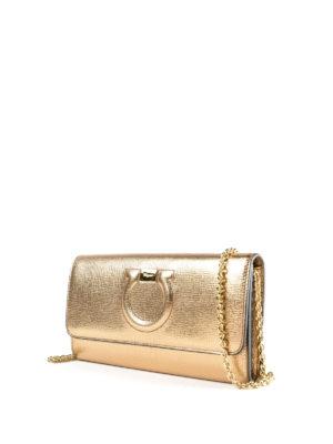 SALVATORE FERRAGAMO: pochette online - Clutch portafoglio Gancini oro