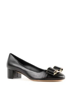 SALVATORE FERRAGAMO: scarpe décolleté online - Décolleté Vara in pelle nera con borchie