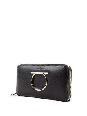 SALVATORE FERRAGAMO: portafogli online - Portafoglio nero con zip e Gancini oversize