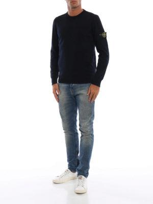 STONE ISLAND: maglia collo rotondo online - Girocollo in lana pettinata blu scuro