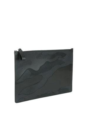 VALENTINO GARAVANI: pochette online - Clutch pelle e tessuto camouflage