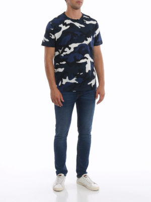 VALENTINO: t-shirt online - T-shirt in cotone stampa camouflage blu