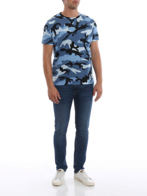 VALENTINO: t-shirt online - T-shirt in cotone stampa camouflage celeste