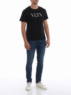 VALENTINO: t-shirt online - T-shirt in cotone nero con stampa VLTN