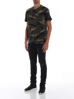 VALENTINO: t-shirt online - T-shirt camouflage con stampa VLTN