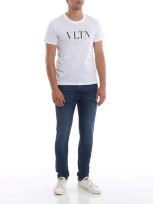 VALENTINO: t-shirt online - T-shirt in cotone bianco con stampa VLTN