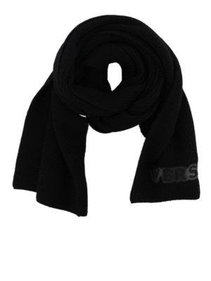 VERSACE: sciarpe e foulard - Sciarpa in lana a costine con patch Versace