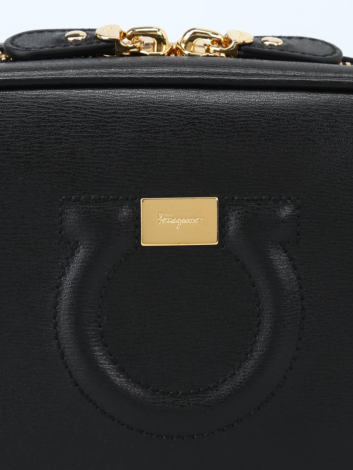 Piccola tracolla City in pelle nera con logo shop online  SALVATORE  FERRAGAMO 08e91924865
