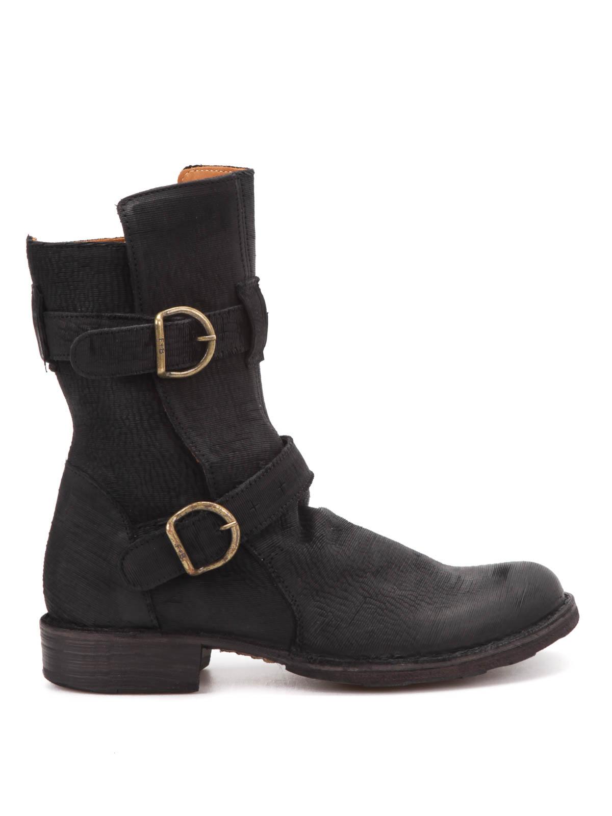 Ma gli stivali da donna possono essere anche molto sexy e femminili, diventando un incredibile elemento di seduzione. Basterà virare sulle categorie cuissardes, leggi stivali dal gambale altissimo che arriva a coprire anche parte della coscia.