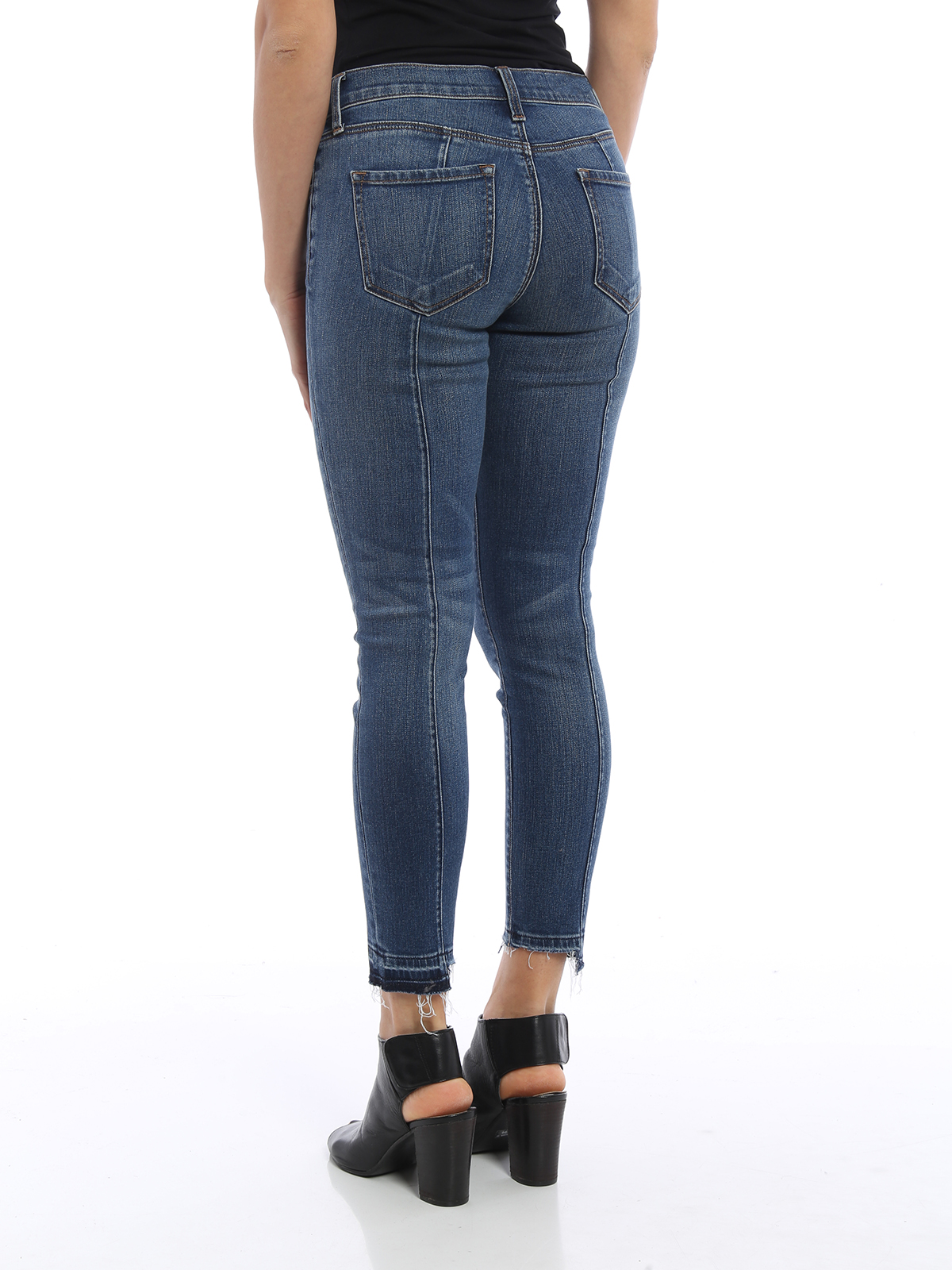 Skinny jeans with frayed bottom